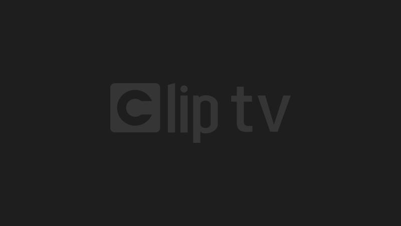 MC Hàn lại tuột cúc, lộ ngực trên truyền hình